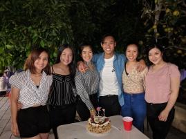 Em Trung với các chị gái xinh quá!